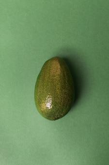 Avocat isolé sur une surface verte