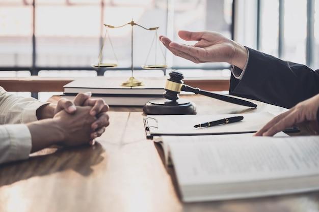 Avocat ou juge consulter lors d'une réunion d'équipe avec un client de femme d'affaires
