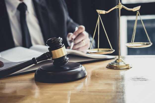 Avocat ou juge travaillant avec des documents contractuels