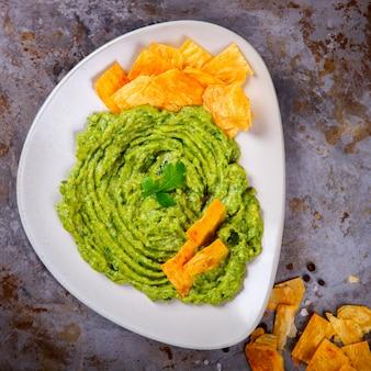 Avocat, légumes. le guacamole est une sauce mexicaine traditionnelle