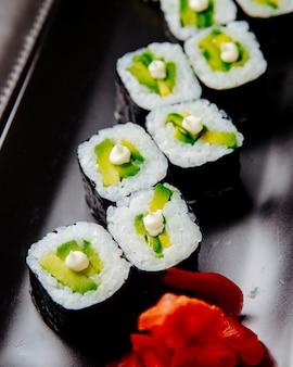 Avocat maki riz crème fromage anguille gingembre vue latérale