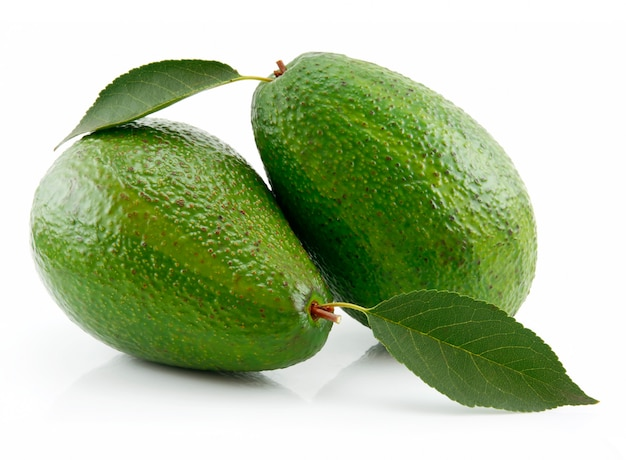 Avocat mûr avec feuille verte isolée on white