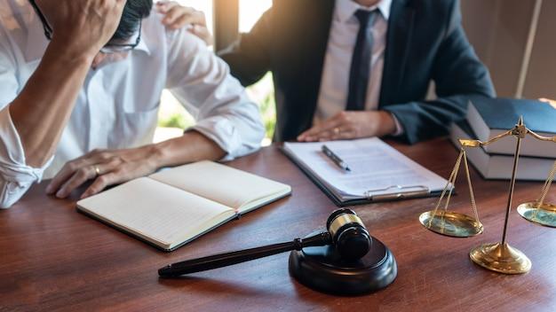 Un avocat notaire ou un juge consultent ou discutent des documents contractuels