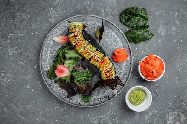Avocat, oignon, saumon et fromage à sushi.