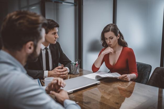Avocat parle du contrat matrimonial avec les conjoints