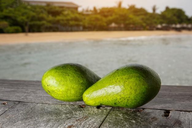 Avocat sur une plage exotique