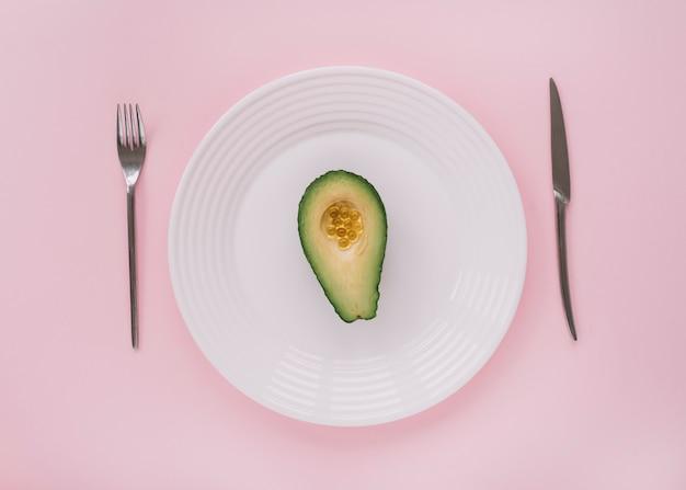 Avocat sur un plat
