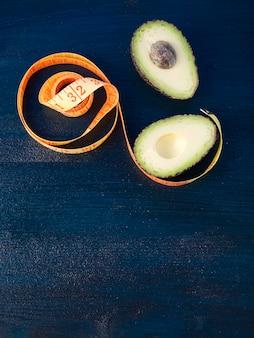 Avocat avec ruban à mesurer sur la table