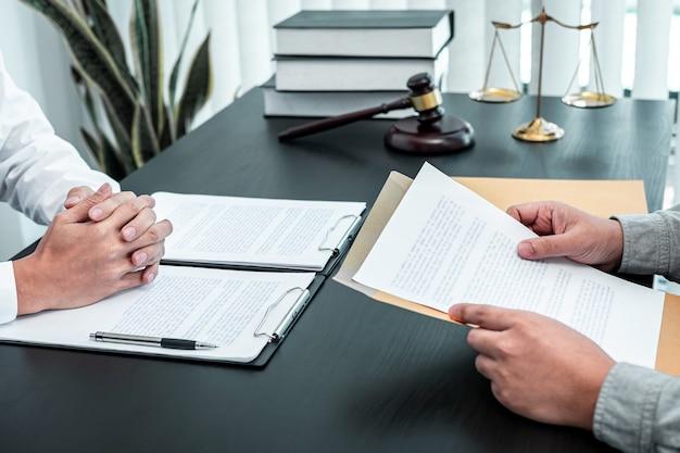 Avocat de sexe masculin discutant d'une affaire juridique de négociation avec un client rencontrant un contrat de document en fonction, droit et justice, avocat, concept de procès.