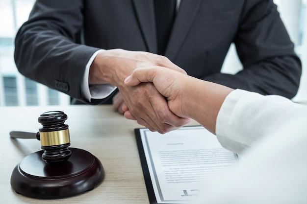 Avocat de sexe masculin serrant la main du client après une bonne réunion de coopération de négociation dans la salle d'audience.
