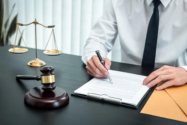 Avocat de sexe masculin travaillant avec un contrat de document de cas juridique au bureau, droit et justice, avocat, concept de procès.