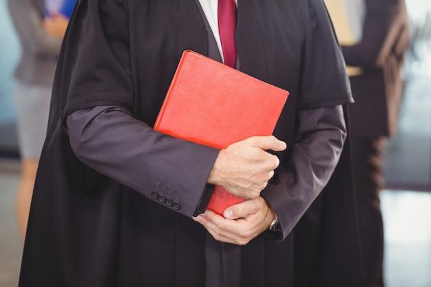 Avocat tenant un livre de droit