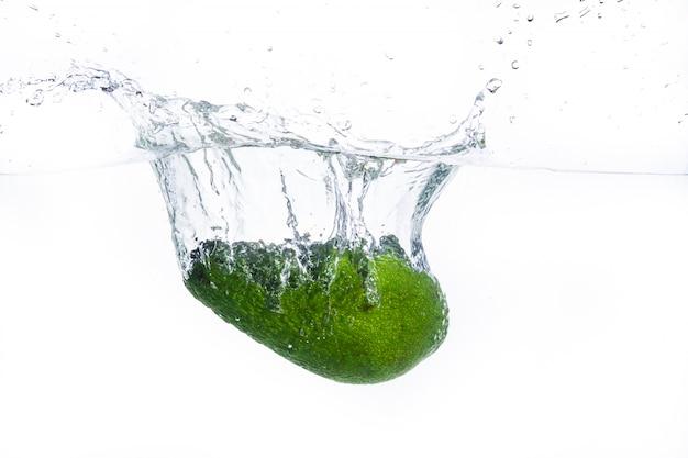 Avocat tombe dans l'eau