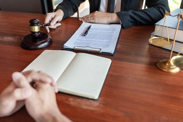 Avocat travaillant avec le client discutant de la législation juridique dans la salle d'audience