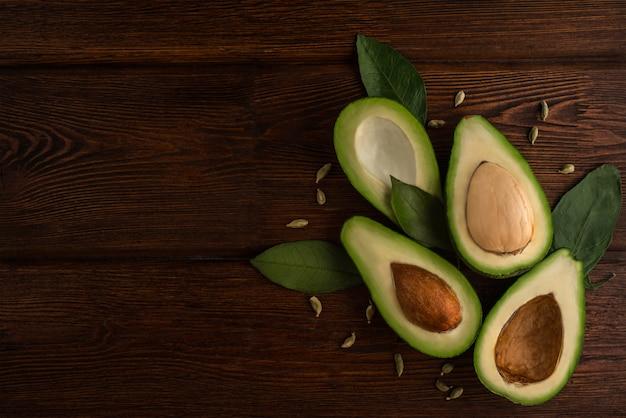 Avocat végétarien cru sur bois