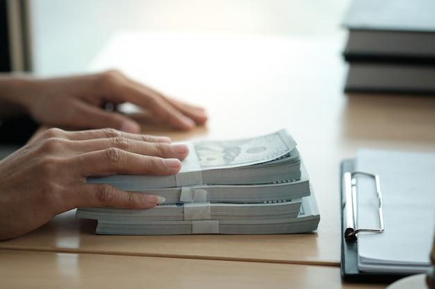 Avocat vente aux enchères jugement jugement vente maillet avec juge. commissaire-priseur faisant tomber la vente.