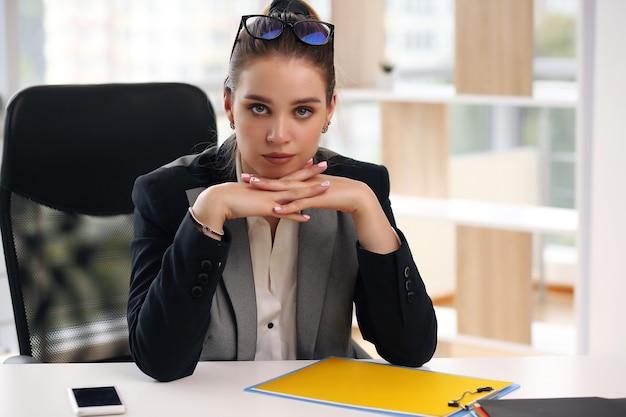 Avocate d'affaires se reposant sur son lieu de travail