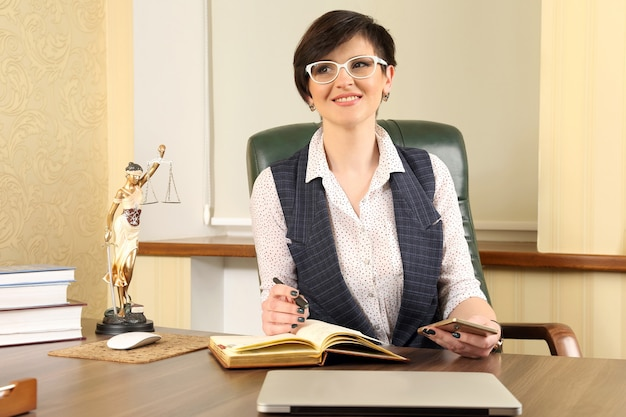 Avocate réussie au travail au bureau
