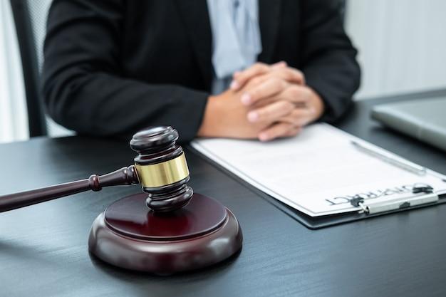 Avocate travaillant avec un contrat de document de cas juridique au bureau, droit et justice, avocat, concept de procès.