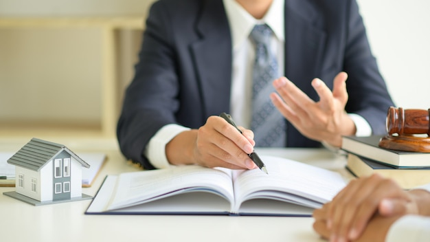 Les avocats conseillent les clients sur le droit immobilier.