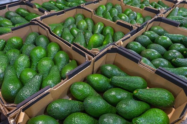 Avocats frais sur la vue de dessus du marché aux légumes. concept de nourriture saine. photo de haute qualité