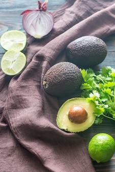 Avocats hass avec des ingrédients pour le guacamole