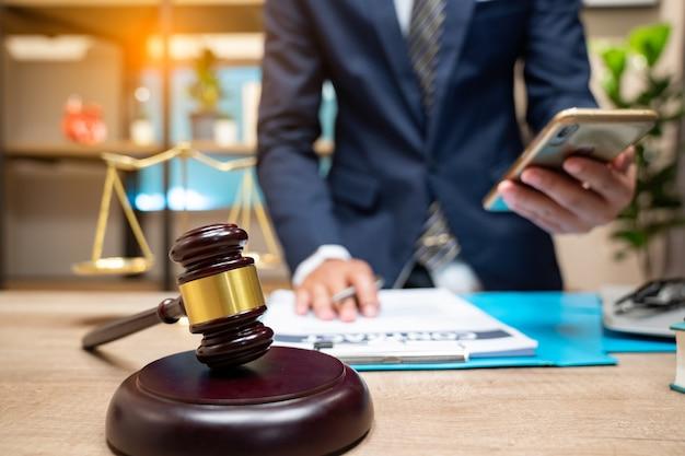 Les avocats de la justice ont une réunion d'équipe au cabinet juridique.