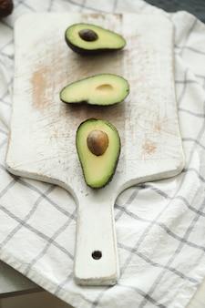 Avocats sur planche à découper en bois