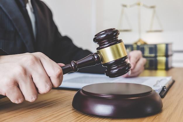 Avocats professionnels de sexe masculin ou conseiller travaillant dans un cabinet d'avocats