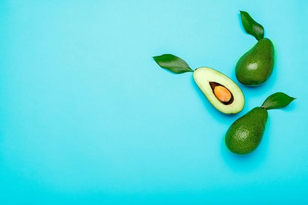 Avocats verts biologiques mûrs et frais