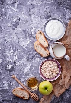 Avoine, lait, yaourt, pain et pomme.