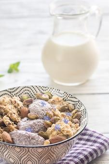 Avoine avec pudding au chia et biscuits aux céréales