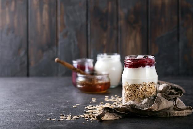 Avoine sèche servie avec du yaourt grec frais