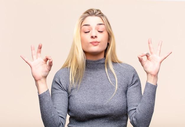 Avoir l'air concentré et méditer, se sentir satisfait et détendu, penser ou faire un choix