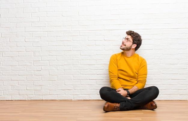Avoir l'air perplexe et confus, se demander ou essayer de résoudre un problème ou penser