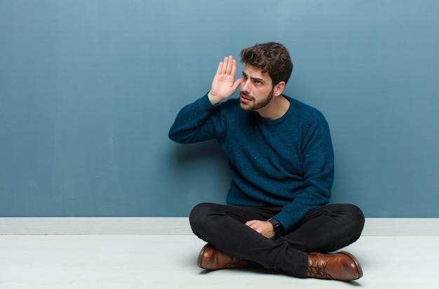 Avoir l'air sérieux et curieux, écouter, essayer d'entendre une conversation secrète ou des ragots, écouter