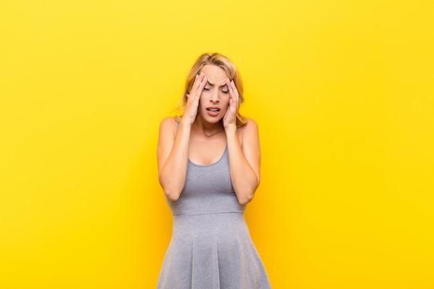 Avoir l'air stressé et frustré, travailler sous pression avec mal de tête et avoir des problèmes