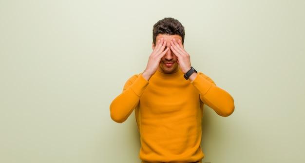 Avoir l'air stressé et frustré, travailler sous pression avec des maux de tête et des problèmes