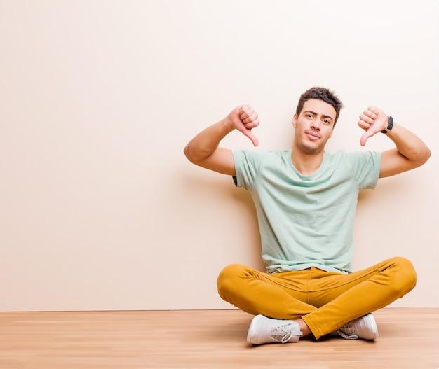 Avoir l'air triste, déçu ou en colère, montrer les pouces vers le bas en désaccord, se sentir frustré