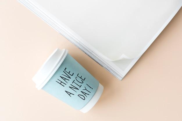 Avoir une belle phrase de la journée écrite sur un gobelet en papier