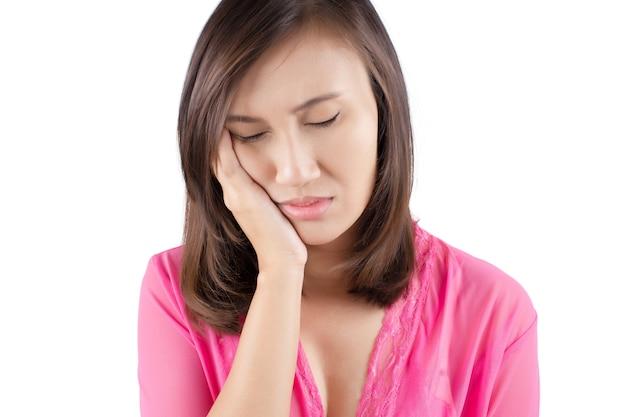 Avoir un mal de dents isoler sur fond blanc