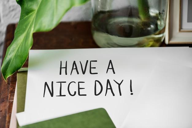 Avoir une phrase belle journée écrite sur un papier