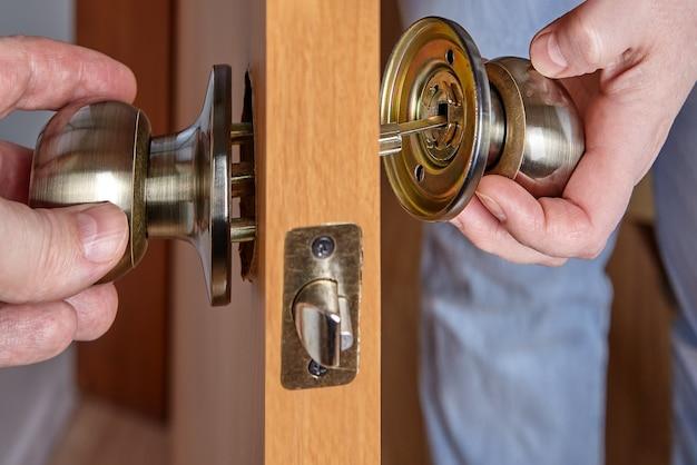 L'axe du mécanisme de poignée de porte intérieure pénètre dans le trou de la rosace lors de l'installation de la poignée de porte avec serrure et loquet.