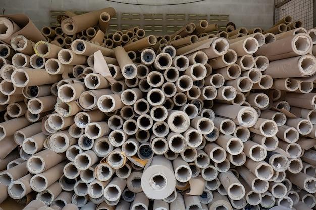 Axe papier horizontal en attente d'être utilisé dans la production en usine.