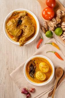 Ayam gulai et gulai telur ou œufs servis avec sauce au curry ayam gulai et gulai telur est une cuisine traditionnelle d'indonésie de padang west sumatera