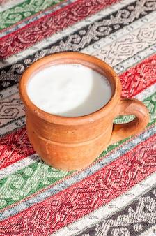 Ayran - Yaourt Turc Traditionnel à Boire Dans Une Casserole Photo Premium