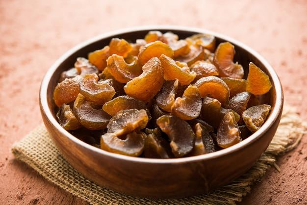 Ayurvedic amla candy, qui est séché et salé-sucré ou chatpata au goût et digestif. servi dans un bol en bois, mise au point sélective