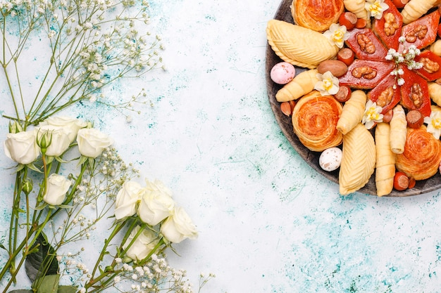 Azerbaïdjan traditionnel vacances novruz cookies baklavas et shakarburas sur plaque de plateau noir sur table