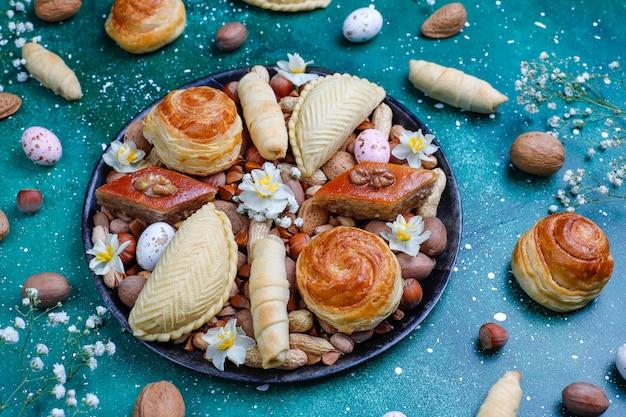 Azerbaïdjan traditionnel vacances novruz cookies baklavas et shakarburas sur plaque de plateau noir