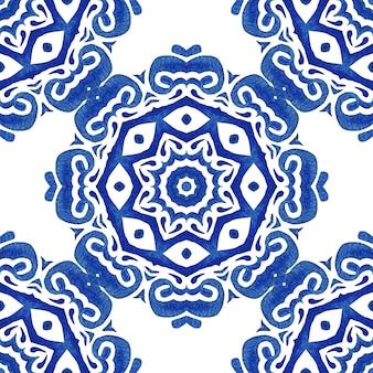 Azulejo bleu et blanc dessiné à la main tuile transparente motif de peinture aquarelle ornementale.